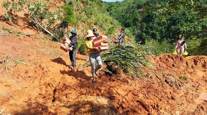 Đường bị sạt lở, giáo viên cắm bản Thượng Trạch (Quảng Bình) và người dân địa phương phải đi bộ xuyên rừng