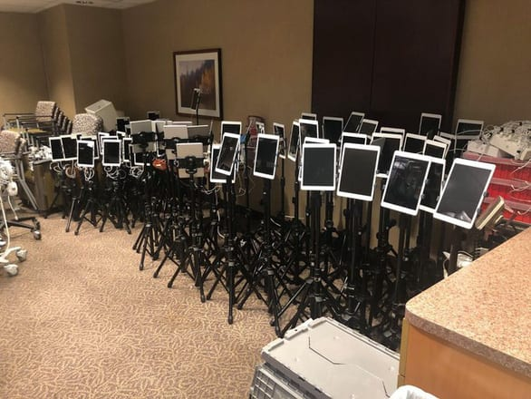 Những chiếc iPad nói lời vĩnh biệt - bức ảnh tan nát trái tim đang chia sẻ trên mạng - Ảnh 1.