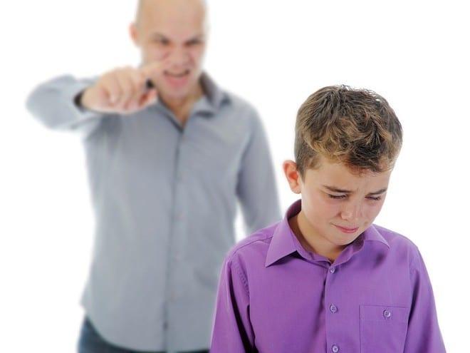 Thay vì la mắng, bắt con trẻ thực hiện theo ý muốn của mình, phụ huynh cần làm gương để con cái noi theo /// SHUTTERSTOCK