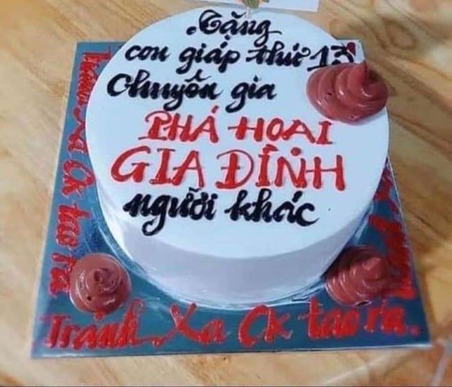 """Đây là kiểu ghen """"khôn"""" của một người phụ nữ khi tạo hình bánh sinh nhật tặng """"tình địch"""" /// ẢNH: LẤY TỪ FACEBOOK"""