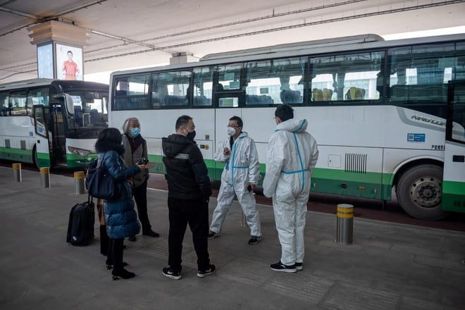 Các nhân viên y tế tại sân bay quốc tế Vũ Hán chờ đón khách nước ngoài đến vào ngày 14.1 để đưa đi cách ly /// AFP