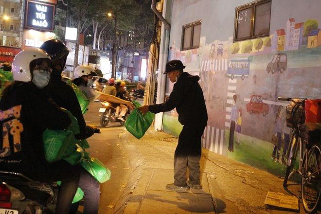 Đêm Sài Gòn thời Covid-19: San sẻ yêu thương - ảnh 1