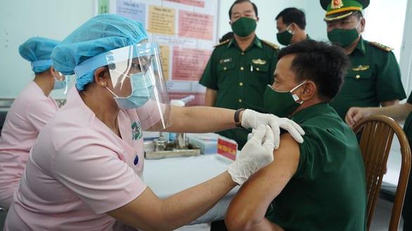 Ai sắp được tiêm vắc xin ngừa COVID-19 miễn phí? - Ảnh 1.