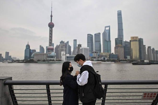 Một cặp đôi hẹn hò trên bờ sông Hoàng Phố ở Thượng Hải /// AFP