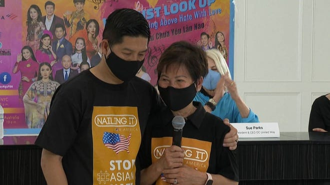 Cụ bà Kien Nguyen và con trai Tam Nguyen tại cuộc họp báo chiều 9.4 /// CHỤP TỪ CLIP
