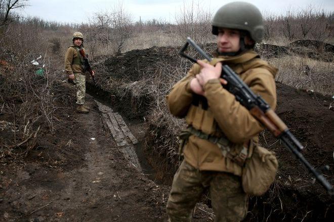 Các binh sĩ Ukraine tuần tra dọc theo chiến tuyến giáp với khu vực do lực lượng ly khai kiểm soát ở miền đông Ukraine ngày 5.4 /// REUTERS