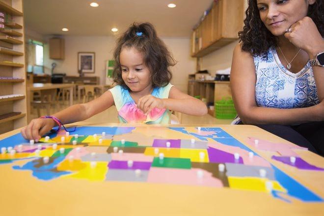 Trẻ thích tự mình thử mọi thứ mà không cần bạn giúp đỡ, chẳng hạn như mặc quần áo hoặc chơi trò xếp hình