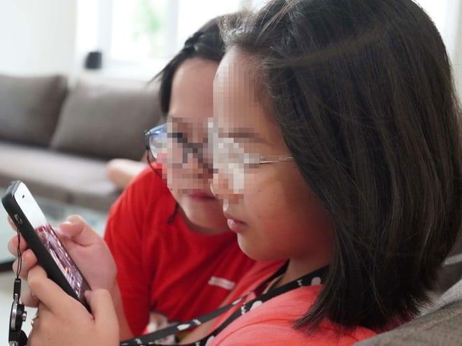 Cha mẹ cần định hướng nội dung, hạn chế thời gian khi để trẻ dùng điện thoại, mạng xã hội /// NGỌC THẮNG