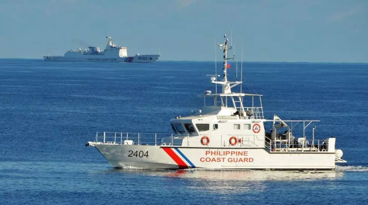 Tàu tuần duyên Philippines và tàu hải cảnh Trung Quốc trong một lần hoạt động gần nhau trên Biển Đông /// AFP