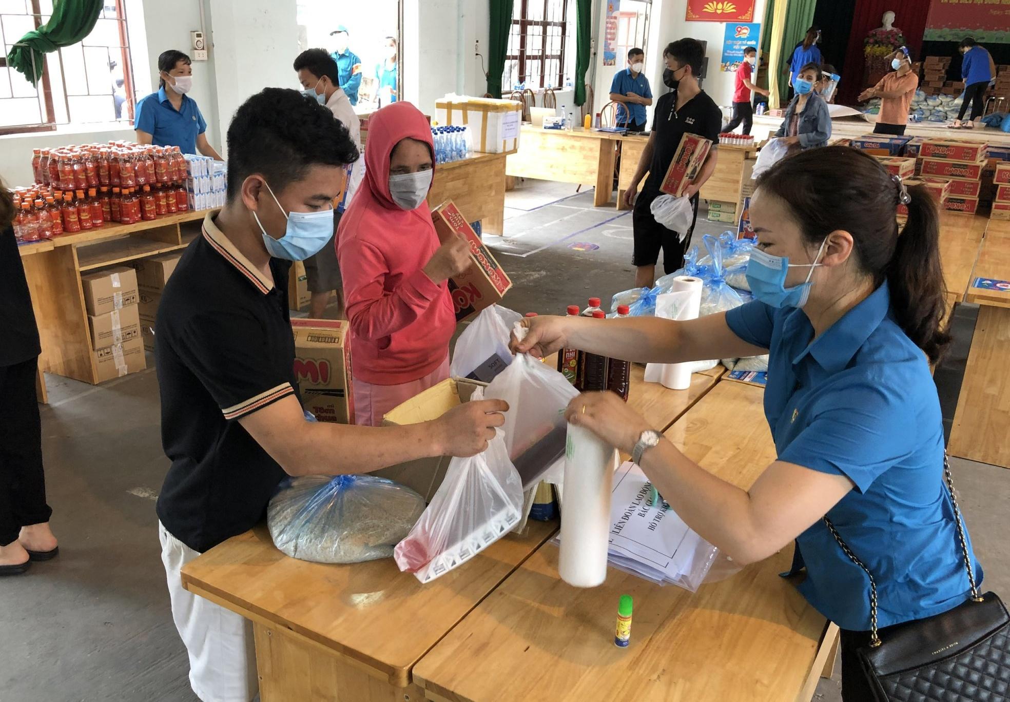 """""""Siêu thị 0 đồng"""" tại Bắc Giang giúp cho công nhân, người lao động vượt qua khó khăn vì đại dịch /// Ảnh: Việt Lâm"""