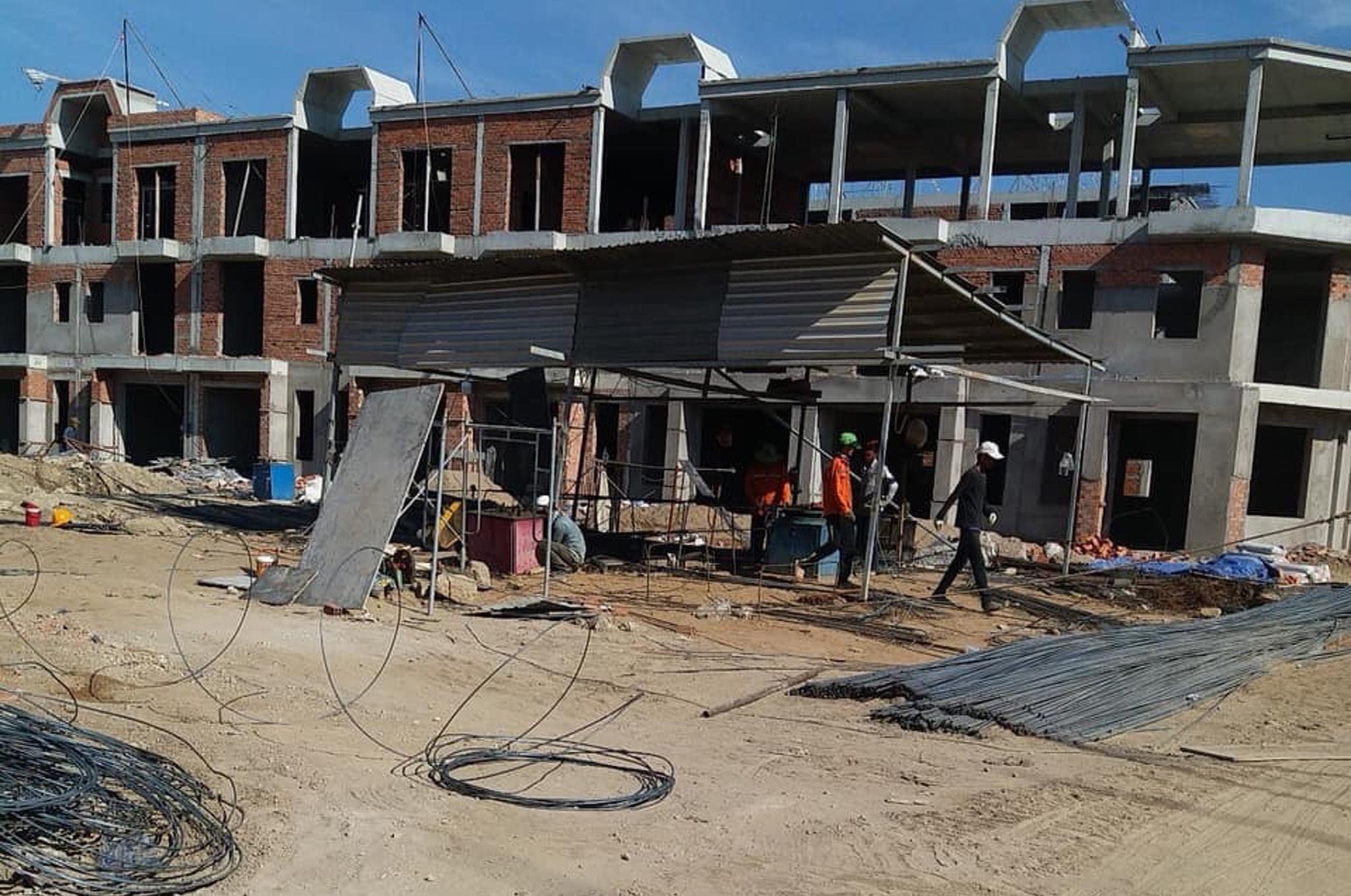 Nhiều công trình bị ảnh hưởng do giá cả vật liệu xây dựng tăng cao /// Ảnh: Đình Sơn