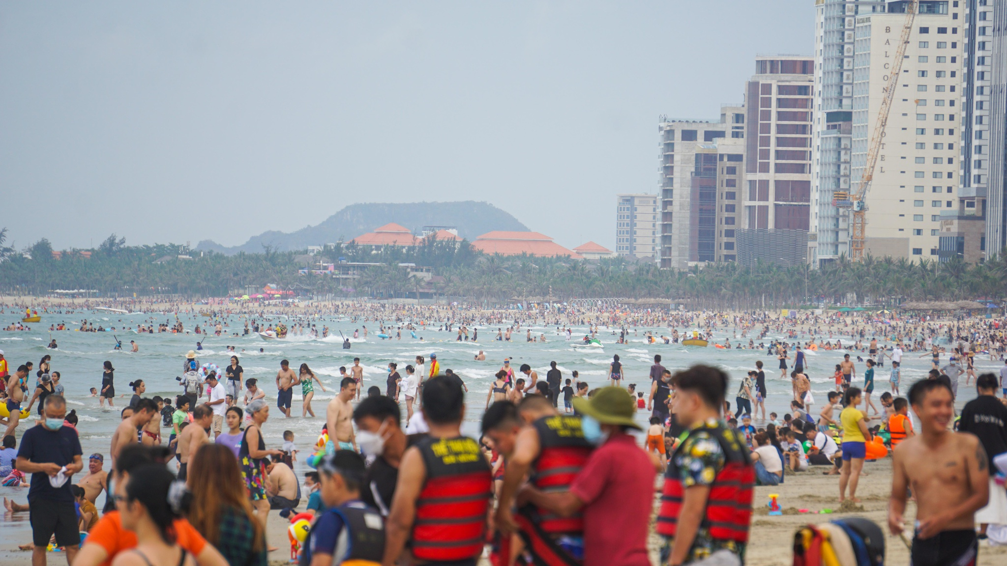 Các bãi biển Đà Nẵng chiều 1.5 đông nghịt người