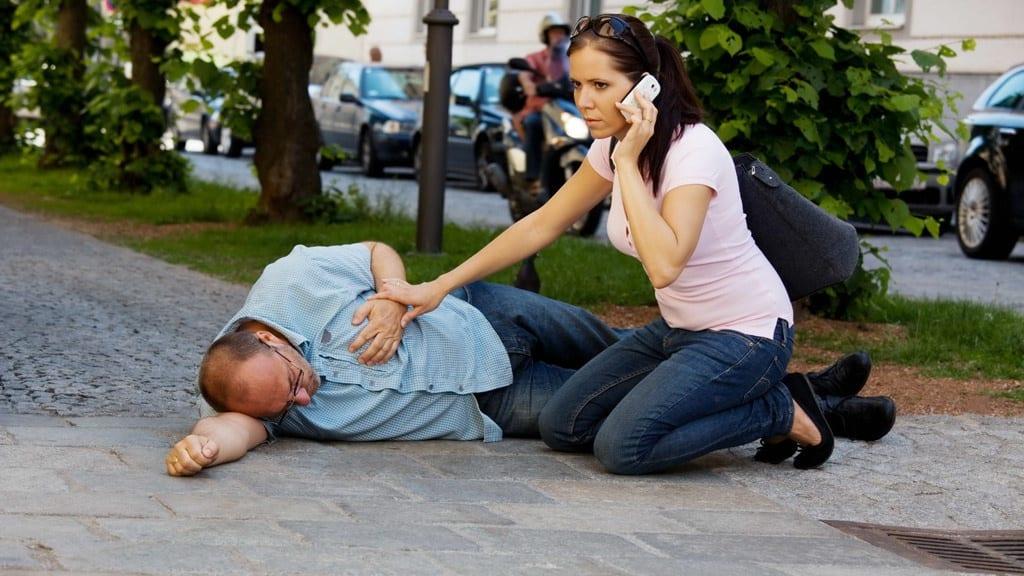 Khi bệnh nhân có những dấu hiệu đột quỵ phải đưa đi cấp cứu ngay /// Ảnh minh họa: Shutterstock