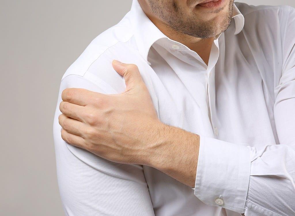 Một trong những dấu hiệu là đau lan sang cánh tay trái hoặc phải, hoặc cổ, hàm, lưng hoặc bụng /// Shutterstock