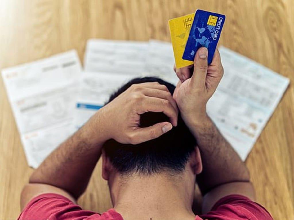 Thiếu thốn, lo lắng tiền bạc ở tuổi trung niên có thể gây ra những cơn đau nhức khi về già /// Shutterstock
