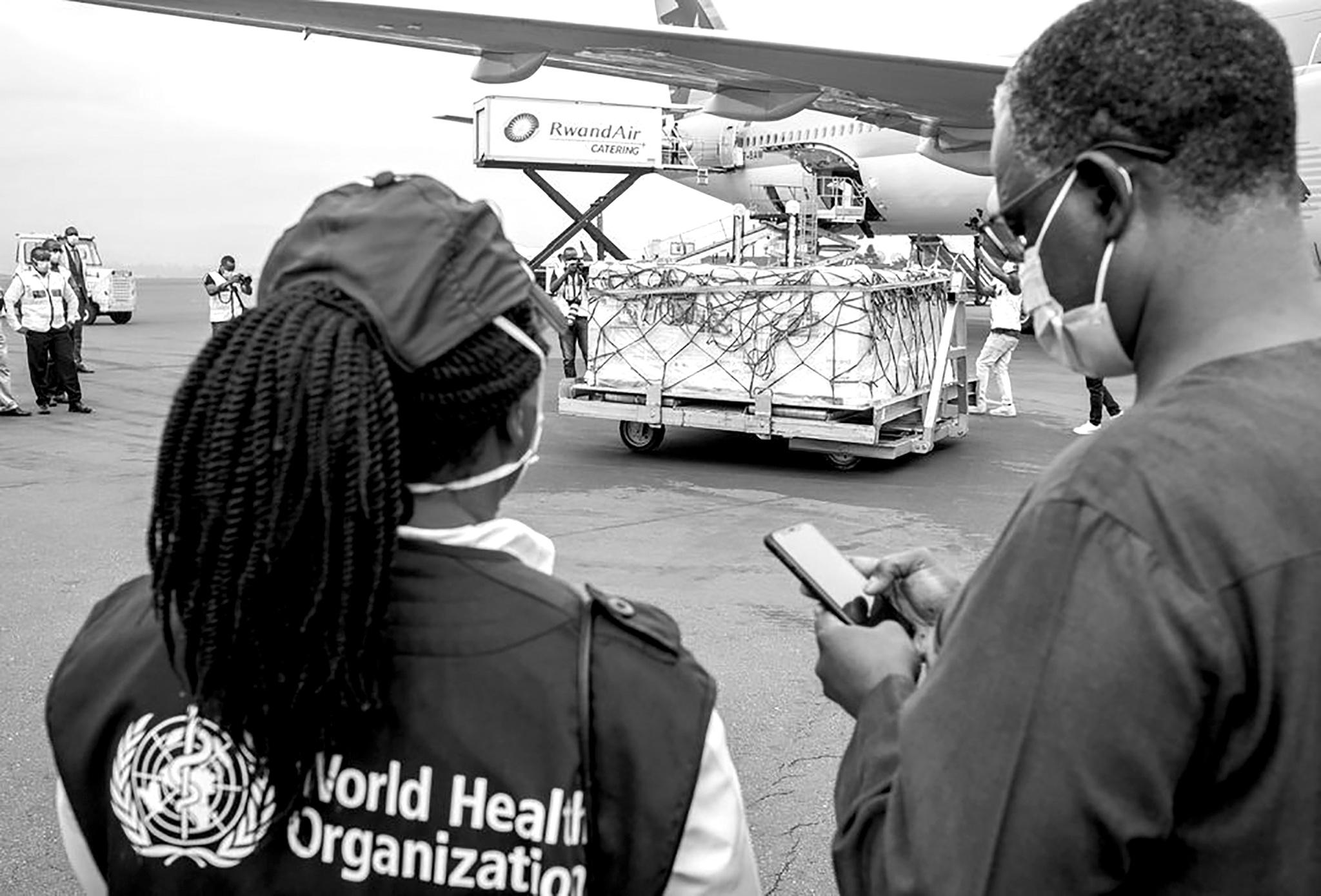 Lô vắc xin Covid-19 theo chương trình COVAX đến Rwanda /// Ảnh: Reuters