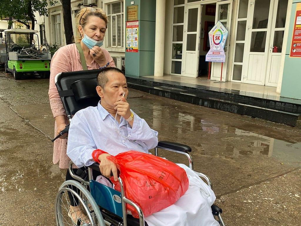 Hằng ngày, bà Svetlana vào bệnh viện thăm chồng rồi về quán chuẩn bị đồ ăn phục vụ khác, tất bật đến tối muốn /// Ảnh: NVCC