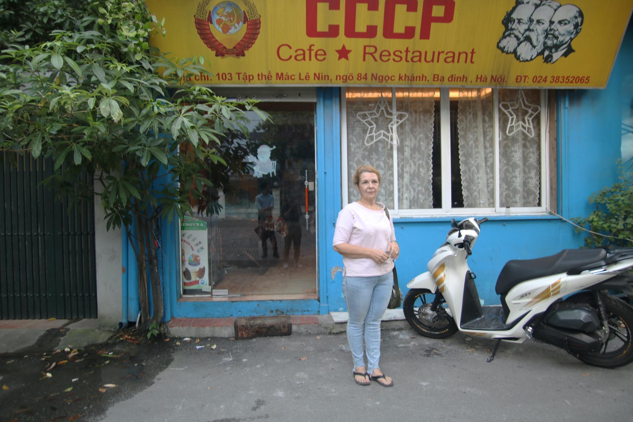 Xúc động người phụ nữ Ukraine 20 năm chăm chồng đột quỵ: