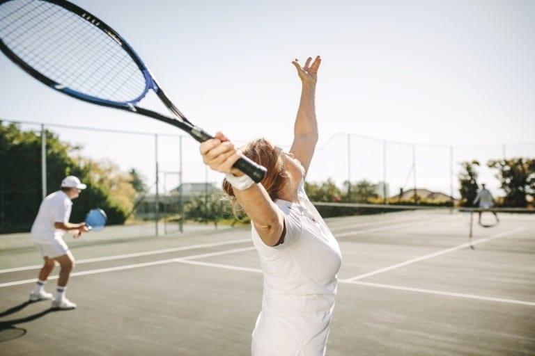 Tuổi trung niên, ngoài việc ăn uống lành mạnh, cũng phải tập thể dục, chơi thể thao phù hợp với sức khỏe của mình /// Ảnh: Shutterstock