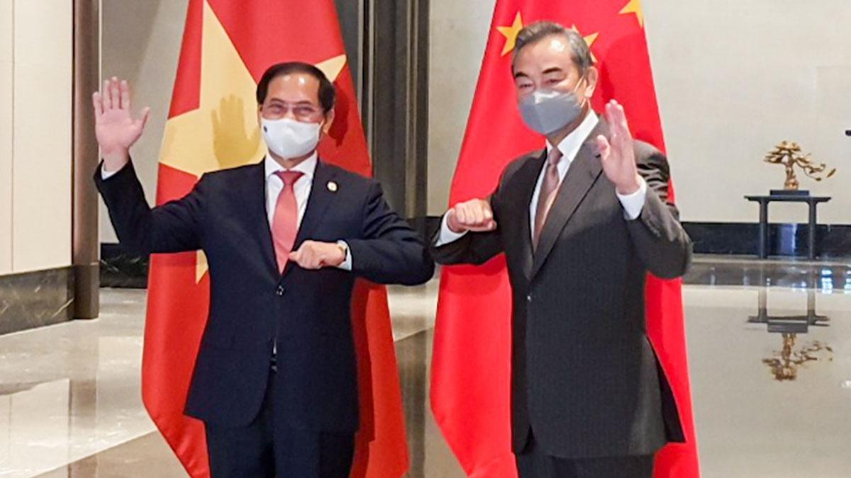 Bộ trưởng Ngoại giao Bùi Thanh Sơn (trái) gặp gỡ Ngoại trưởng Trung Quốc Vương Nghị /// TTXVN
