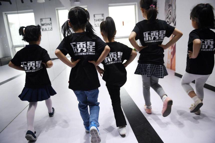 Khi trẻ em Trung Quốc bị phụ huynh biến thành 'người lớn' - ảnh 1