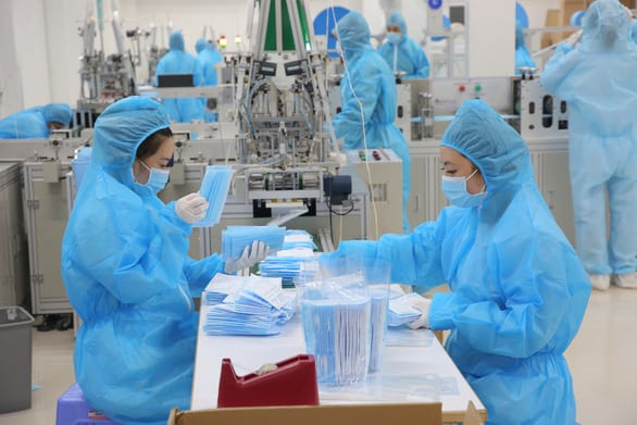 Việt Nam nổi lên là nhà cung cấp thiết bị bảo hộ cá nhân cho thế giới trong dịch COVID-19 - Ảnh 1.