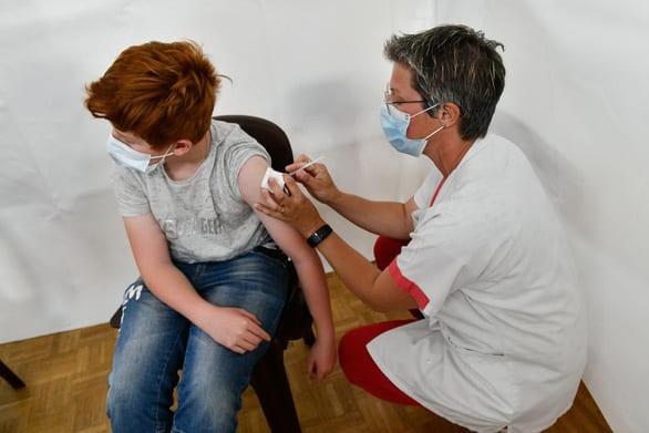 Trẻ em ít mắc COVID-19, vì sao nhiều nước vẫn cho tiêm vắc xin? - Ảnh 1.