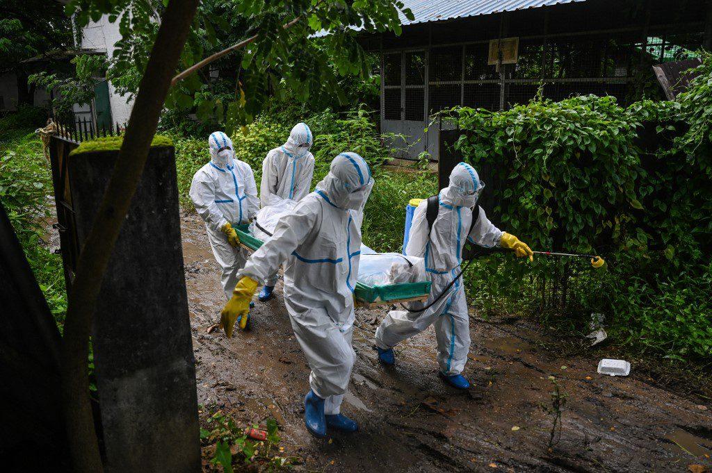 Tình nguyện viên đưa thi thể bệnh nhân Covid-19 đến nghĩa trang tại Yangon /// AFP