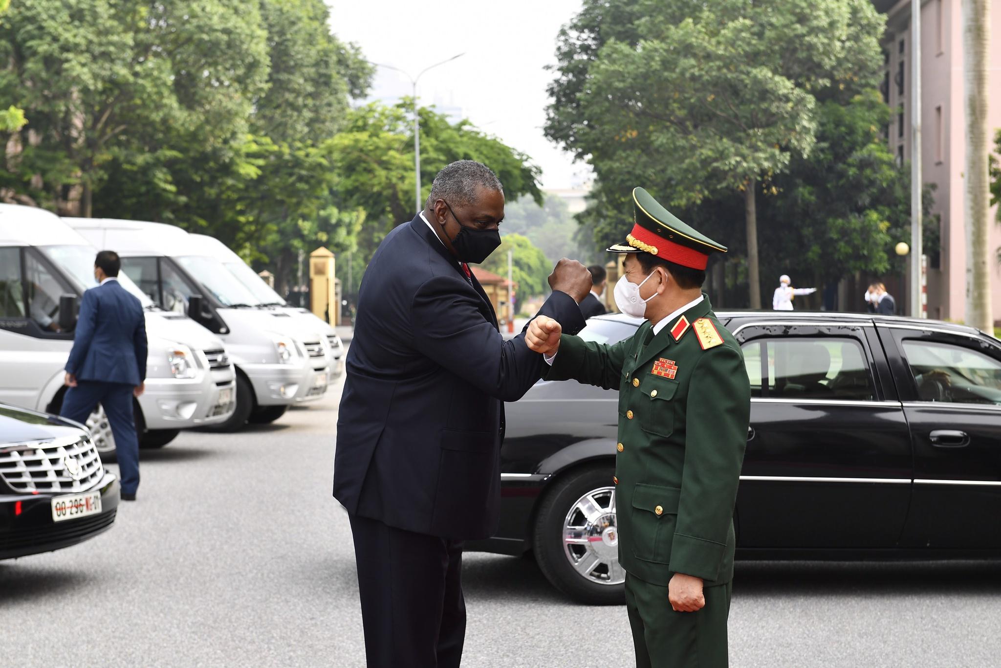 """Bộ trưởng Phan Văn Giang """"bắt tay"""" Bộ trưởng Lloyd Austin trong điều kiện phòng dịch Covid-19 /// Ảnh: Đinh Trọng Hải"""