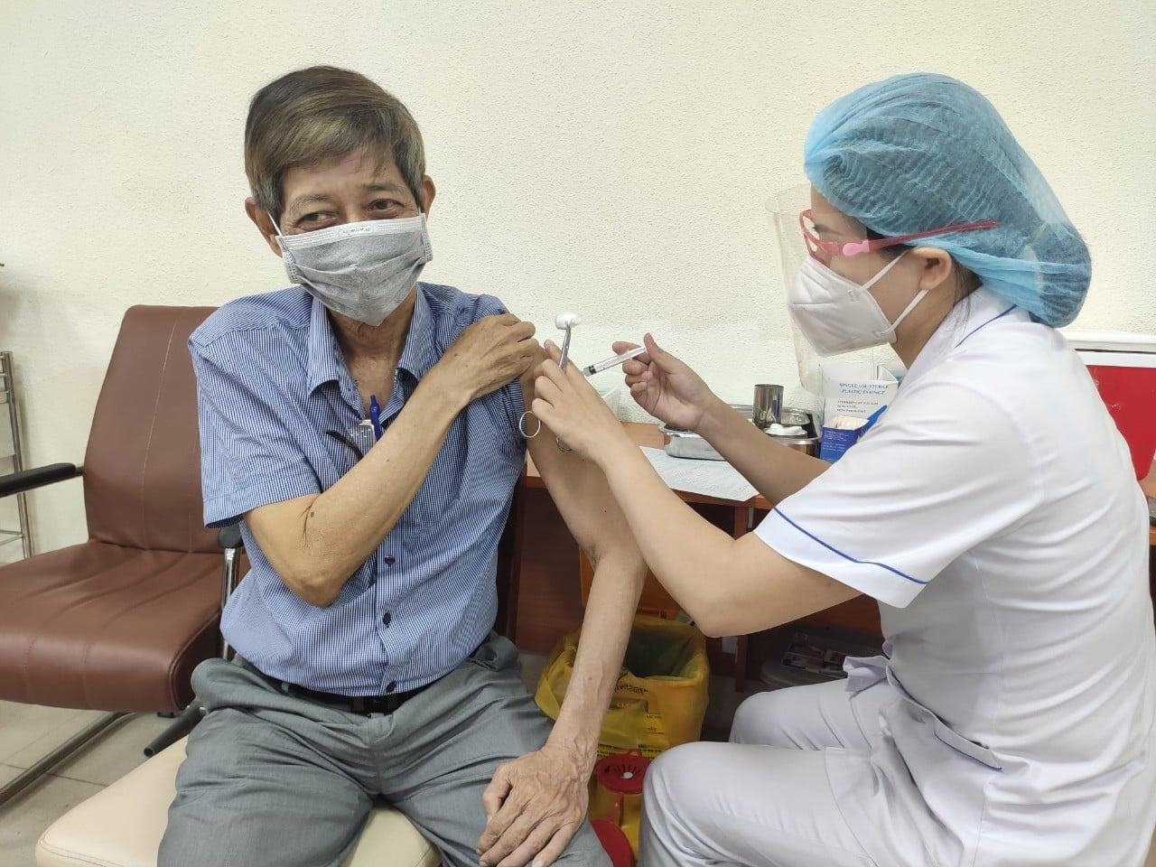 TP.HCM tăng lên 1.000 bàn tiêm vắc xin Covid-19, mỗi bàn tiêm ít nhất 300 người/ngày - ảnh 1