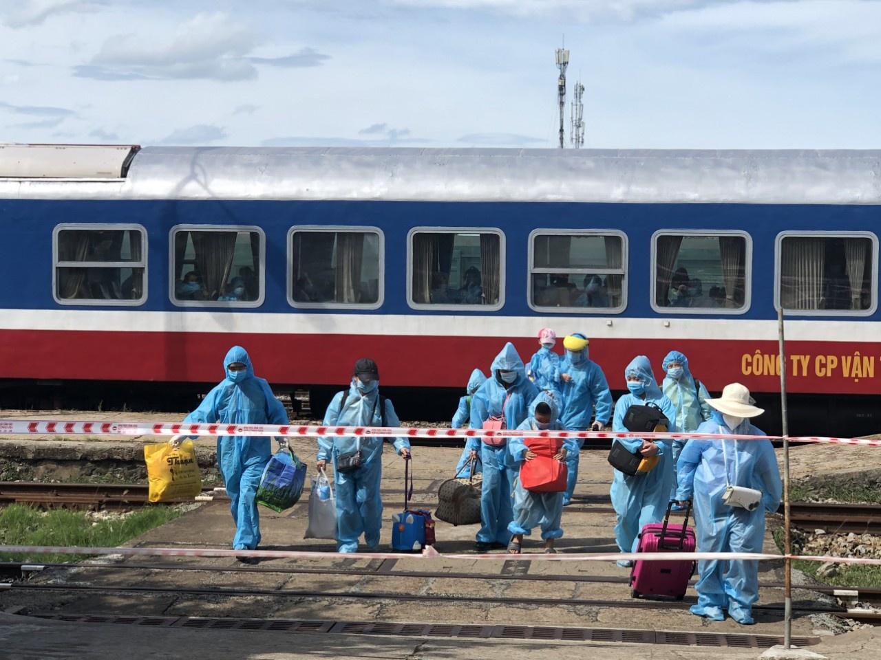 Chuyến tàu chuyên biệt SE74 chở 400 người dân Quảng Trị về tới ga Đông Hà chiều 29.7 /// ẢNH: NGỌC NĂM