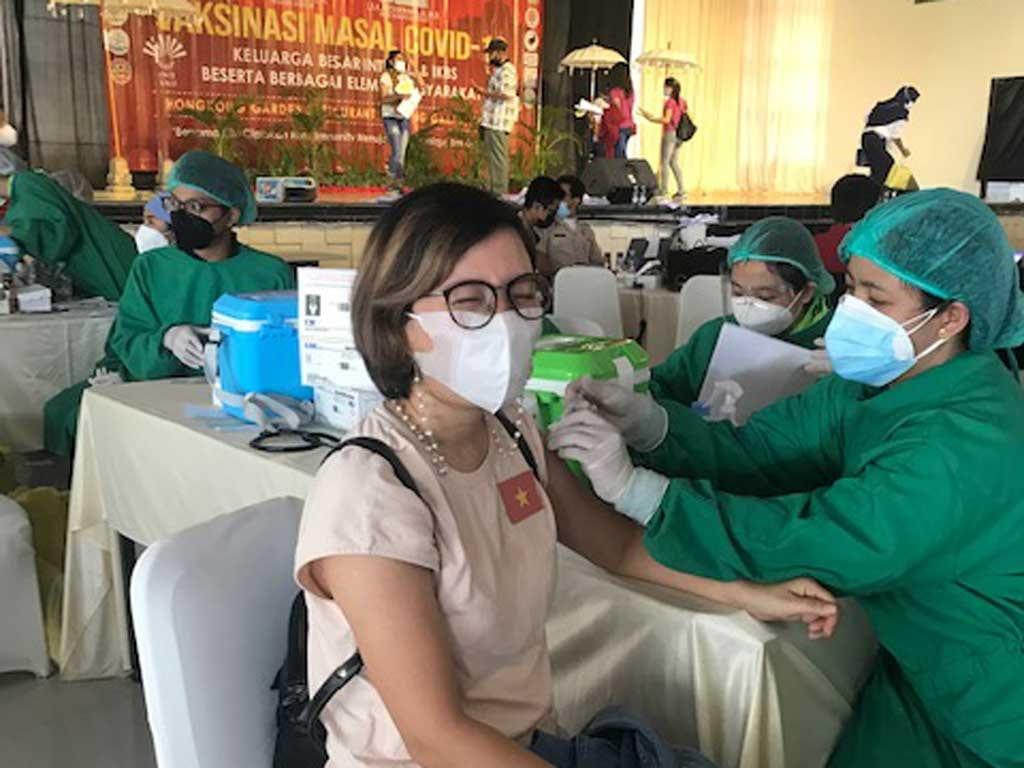 Người Việt ở đảo Bali, Indonesia tiêm vắc xin Covid-19 /// NVCC