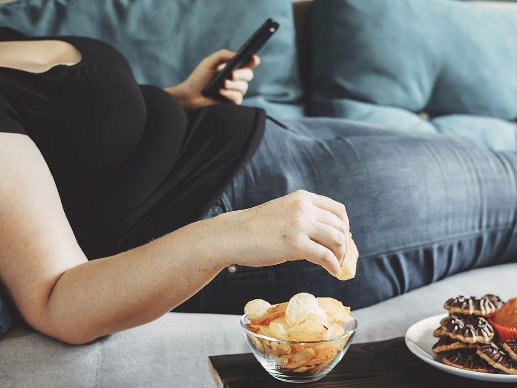 Ngồi cả ngày, lại còn ăn những thực phẩm không lành mạnh, dễ làm tăng nguy cơ béo phì, bệnh tim mạch, tiểu đường và sa sút trí tuệ /// Ảnh minh họa: Shutterstock