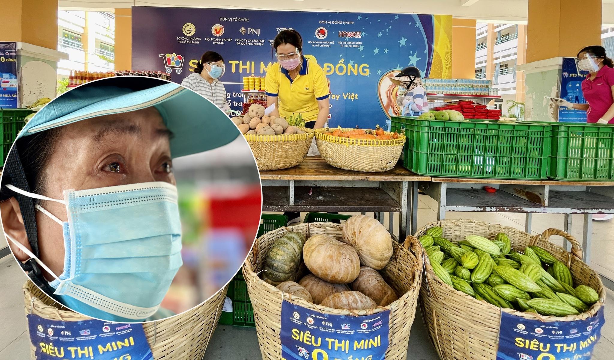 Bà Tuyết bật khóc giữa siêu thị 0 đồng /// Ảnh: Vũ Phượng