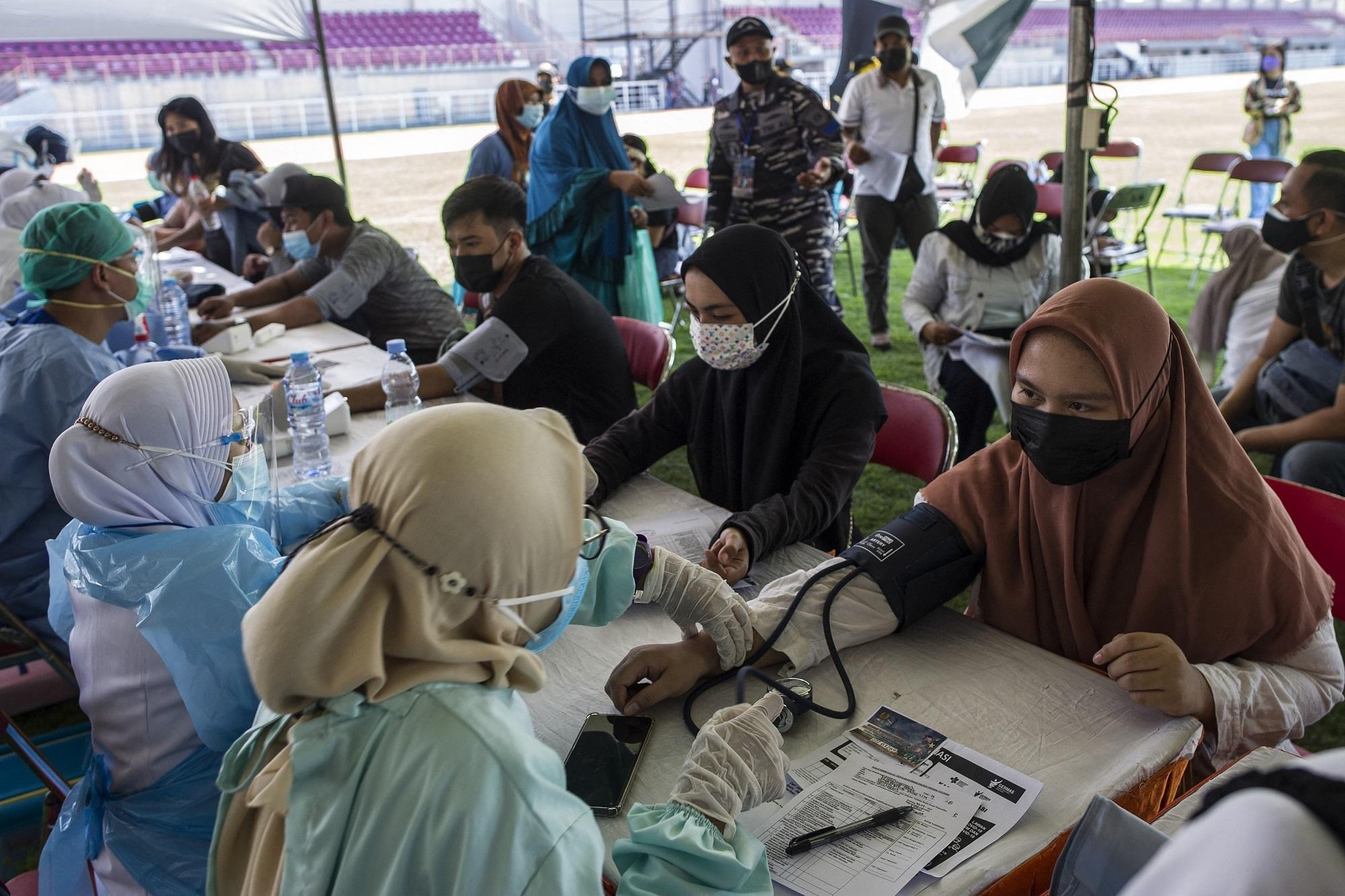 Một cảnh tiêm vắc xin Covid-19 ở Indonesia ngày 29.7. /// Reuters