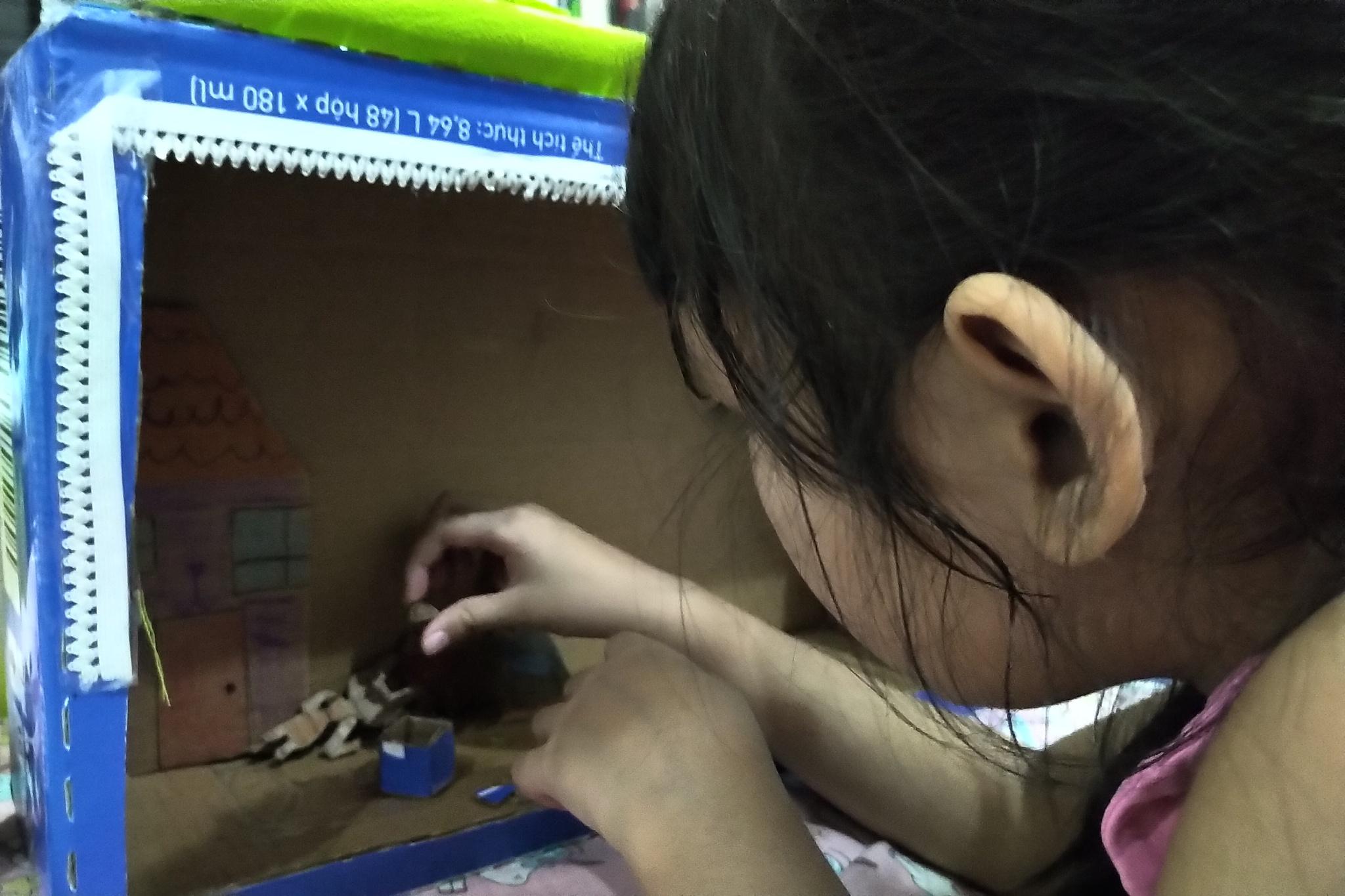 Trong mùa dịch, trẻ em ở trong nhà nhiều, cũng là cơ hội để bố mẹ chơi cùng con /// Đăng Nguyên