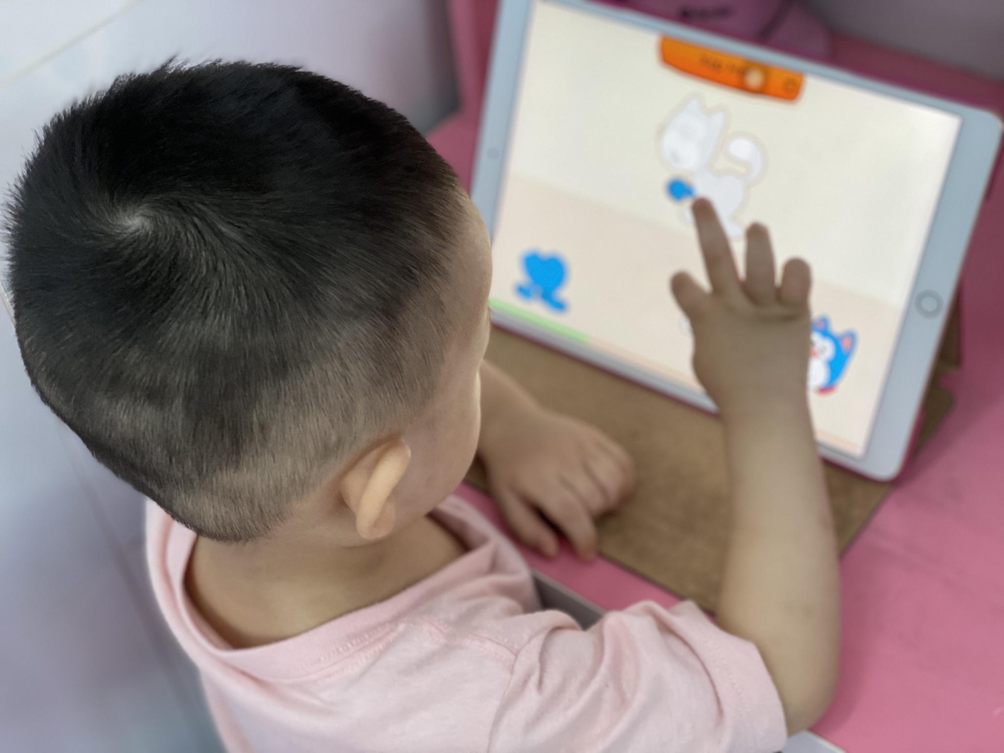 Dịch bệnh kéo dài, nhiều phụ huynh lo lắng con sẽ bắt đầu năm học bằng hình thức trực tuyến /// Nguyễn Loan