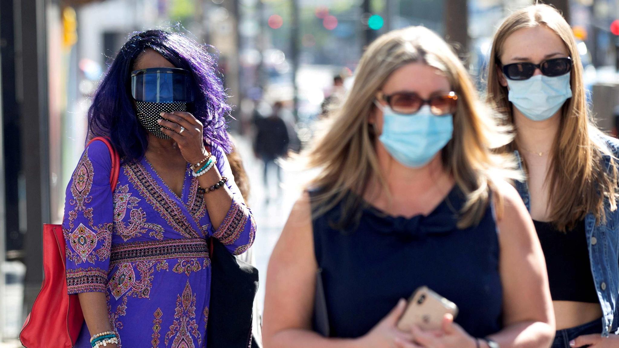 Người dân đeo khẩu trang tại thành phố Los Angeles /// Reuters