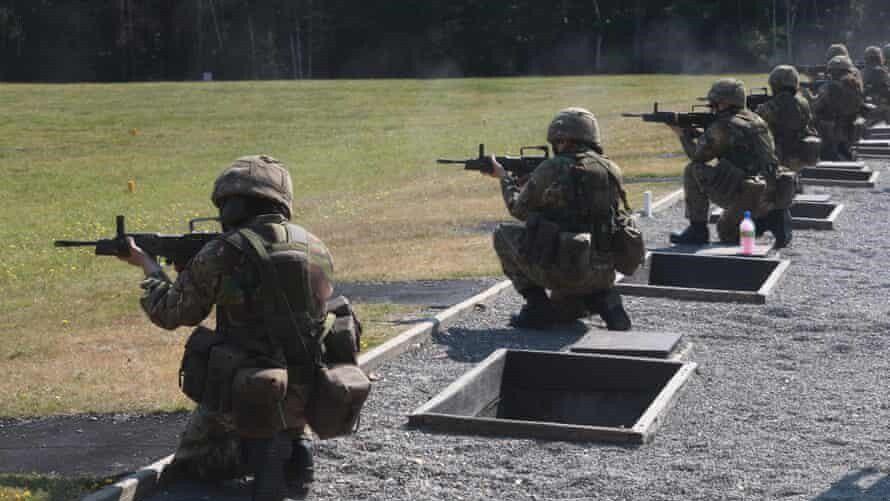Lính nữ mới của quân đội Anh tập bắn /// Shutterstock