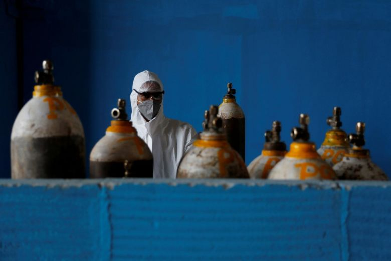 Một nhân viên y tế bên các bình ô xy /// REUTERS