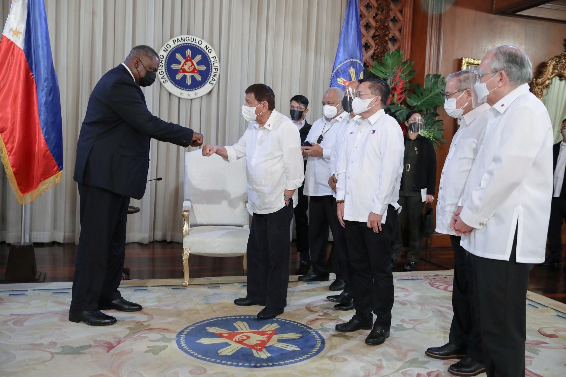 Tổng thống Philippines Rodrigo Duterte (phải) tiếp Bộ trưởng Quốc phòng Mỹ Lloyd Austin tại Manila vào tối 29.7 /// Reuters
