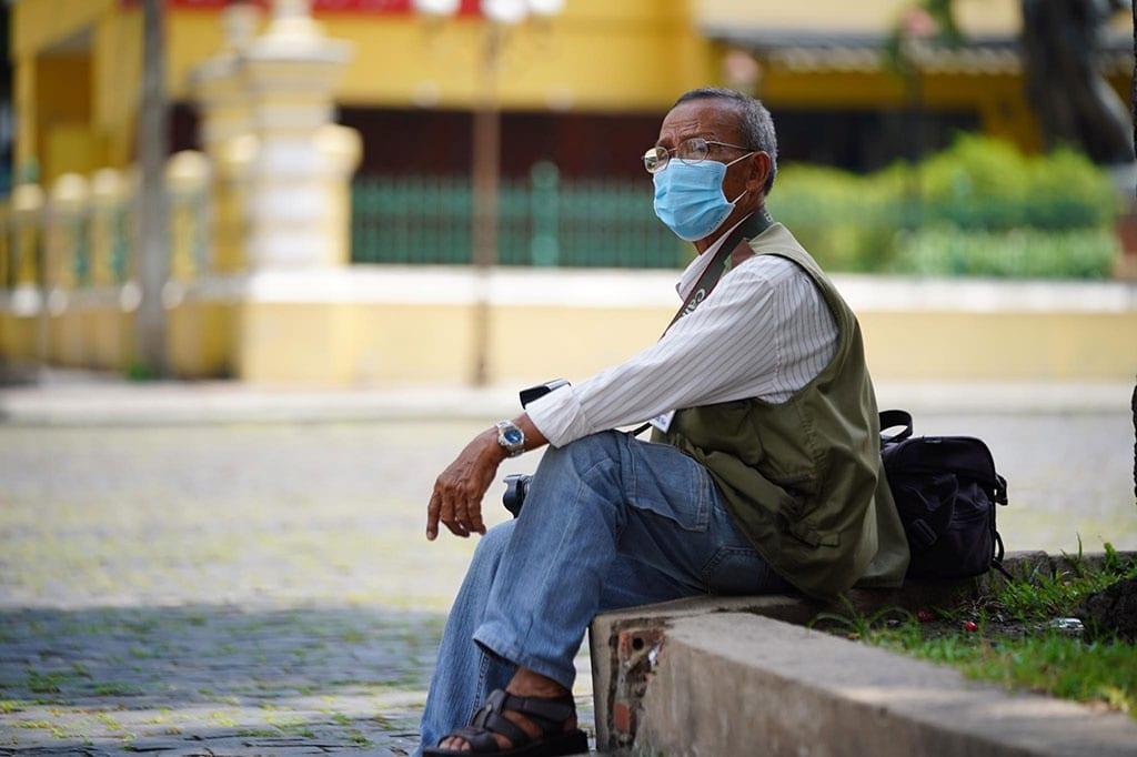 Ông Diên thất thần nhìn đường phố vắng hoe vì dịch bệnh /// Ảnh: Độc Lập