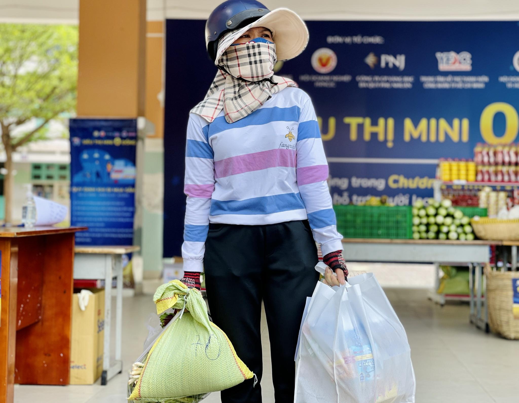 Giữa dịch Covid-19: Người Sài Gòn bật khóc ở siêu thị 0 đồng khi được mua đến 400.000 đồng - ảnh 8