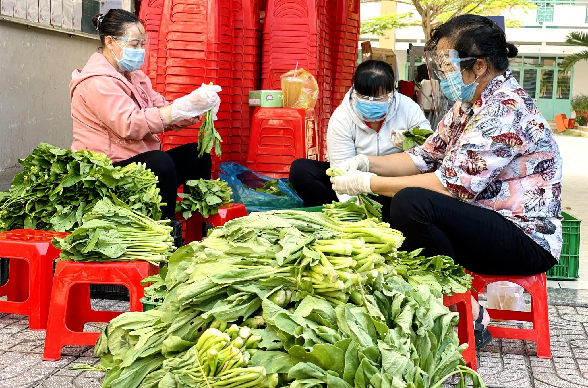 Giữa dịch Covid-19: Người Sài Gòn bật khóc ở siêu thị 0 đồng khi được mua đến 400.000 đồng - ảnh 4
