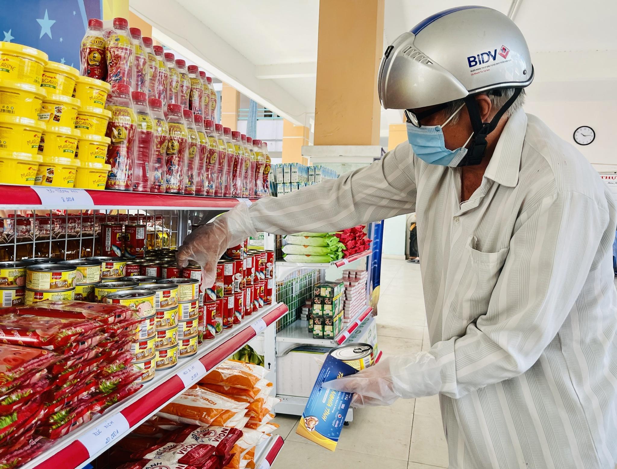 Giữa dịch Covid-19: Người Sài Gòn bật khóc ở siêu thị 0 đồng khi được mua đến 400.000 đồng - ảnh 7