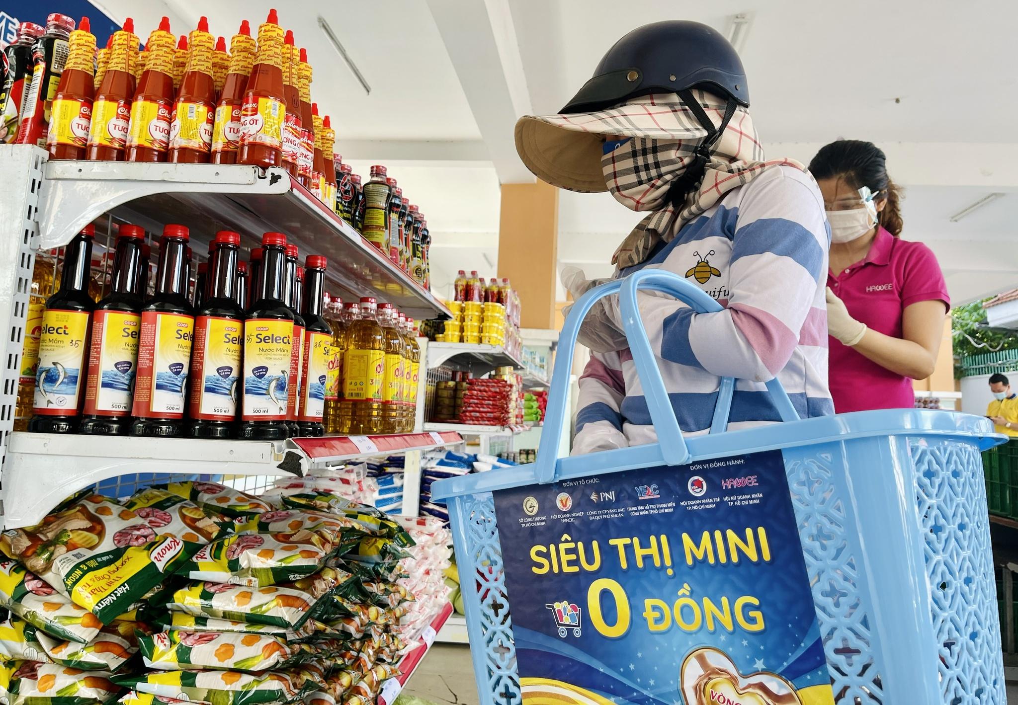 Giữa dịch Covid-19: Người Sài Gòn bật khóc ở siêu thị 0 đồng khi được mua đến 400.000 đồng - ảnh 5