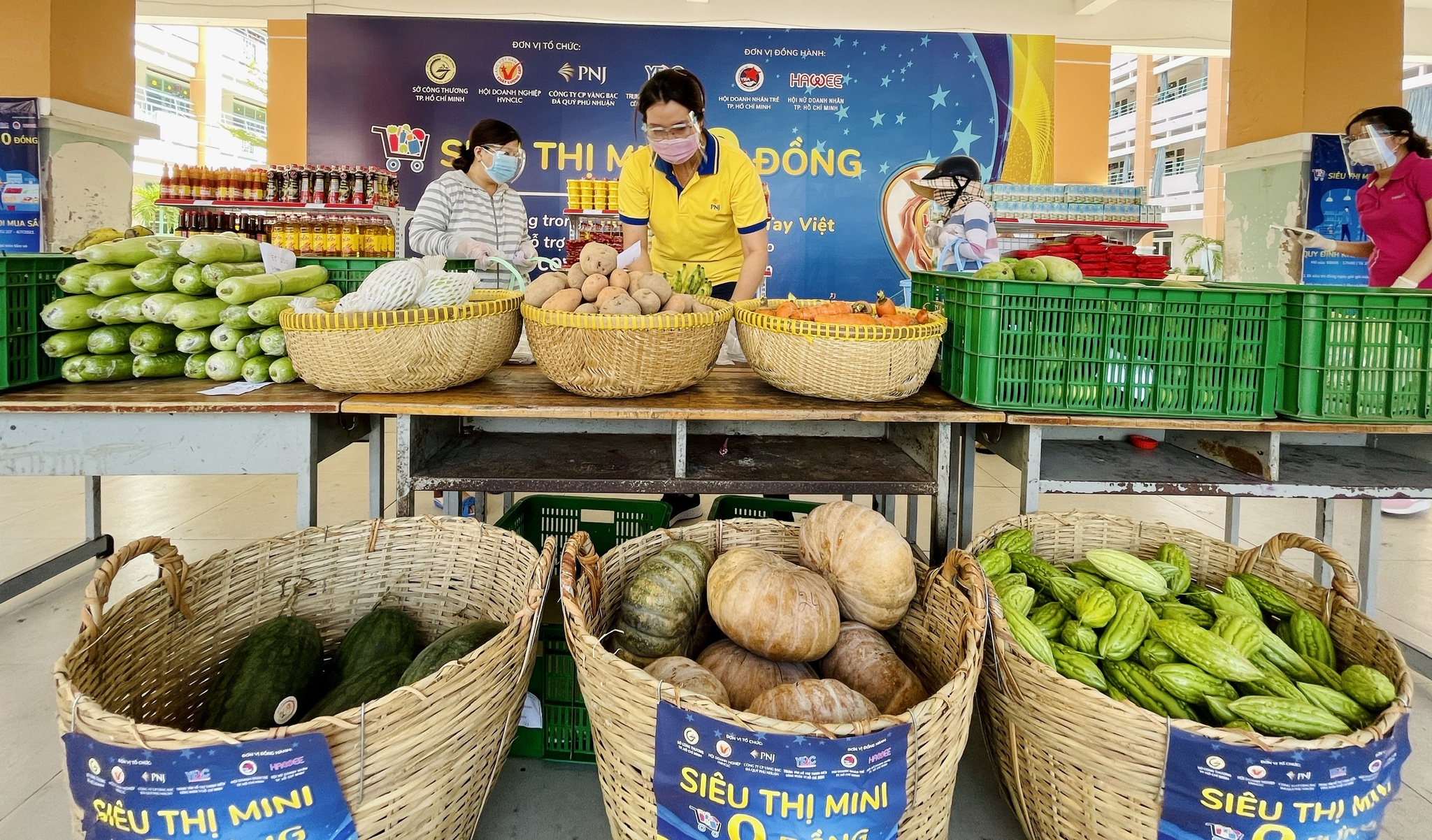 Giữa dịch Covid-19: Người Sài Gòn bật khóc ở siêu thị 0 đồng khi được mua đến 400.000 đồng - ảnh 6