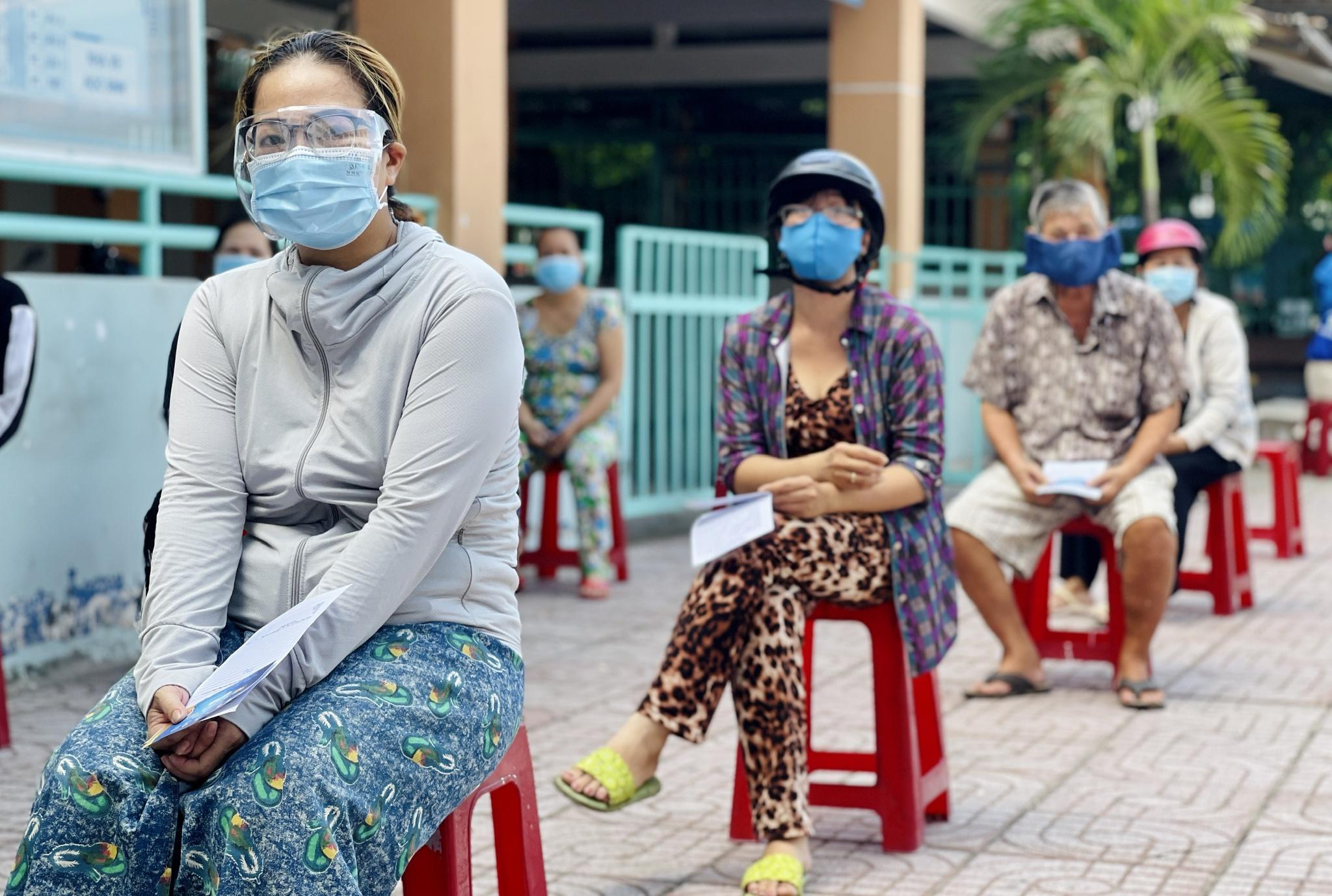 Giữa dịch Covid-19: Người Sài Gòn bật khóc ở siêu thị 0 đồng khi được mua đến 400.000 đồng - ảnh 3