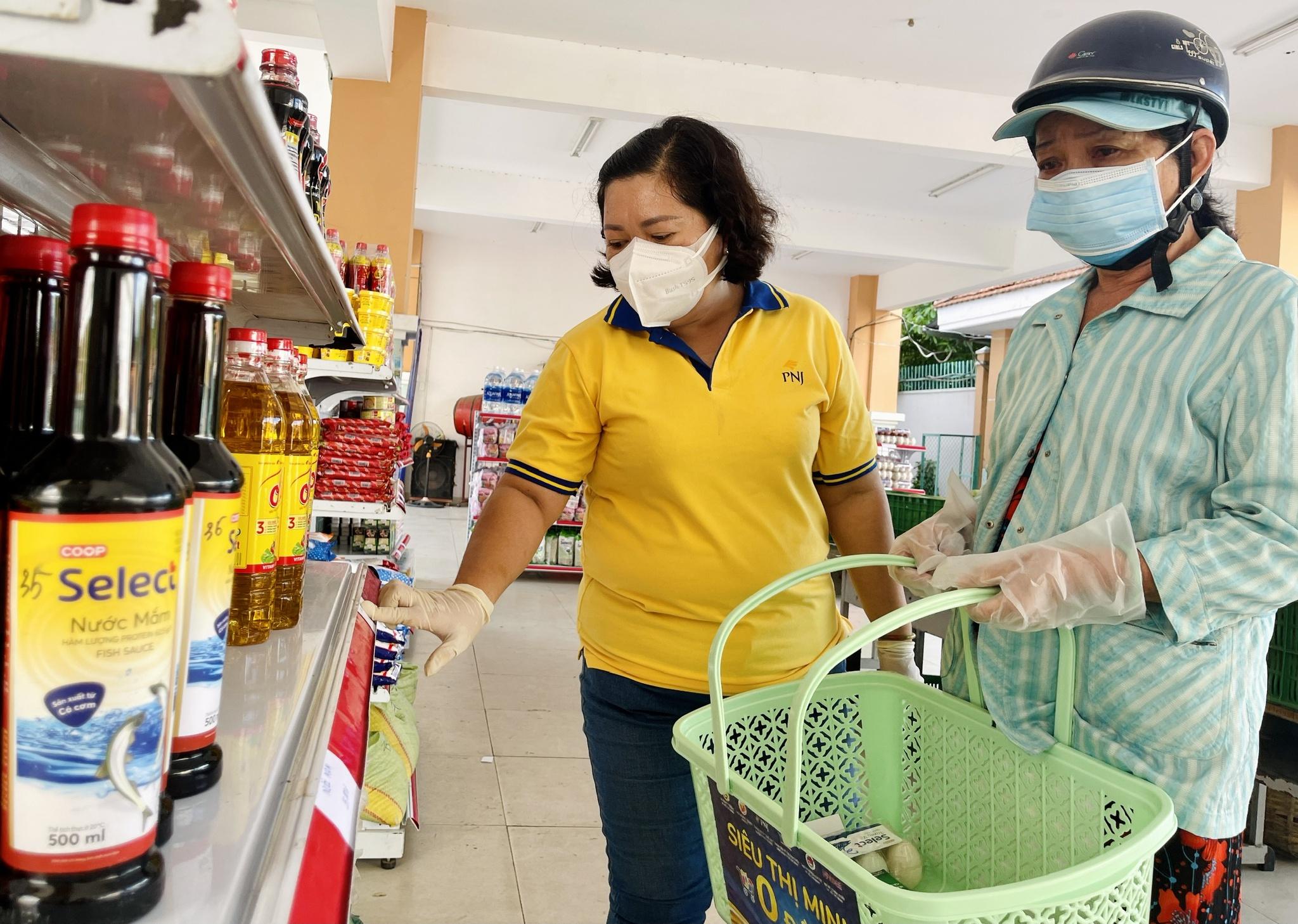 Giữa dịch Covid-19: Người Sài Gòn bật khóc ở siêu thị 0 đồng khi được mua đến 400.000 đồng - ảnh 2