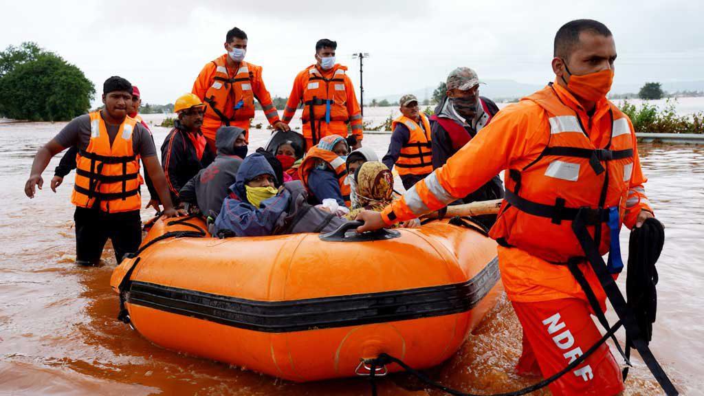 Sơ tán người dân trong vùng lũ lụt tại bang Maharashtra, Ấn Độ /// REUTERS